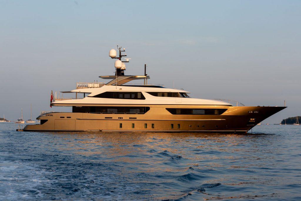 TRIDENT yacht Brochure