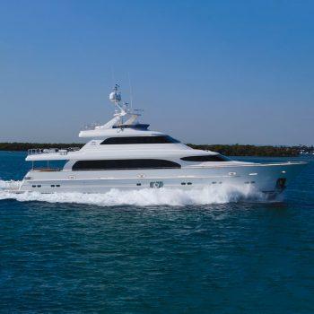 REBECA Horizon motoryacht running shot