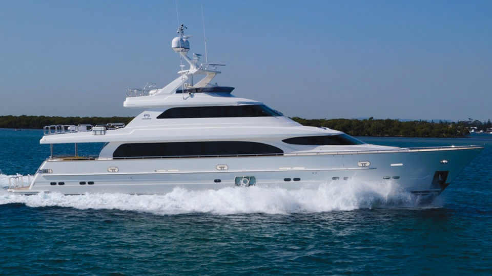 REBECA Horizon motoryacht running shot
